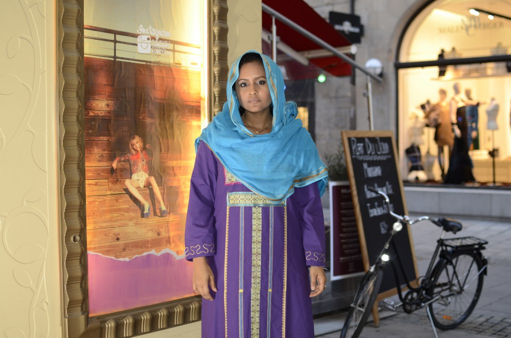 The artist wears Sudanese clothes on Stockholm's fashion street Biblioteksgatan.